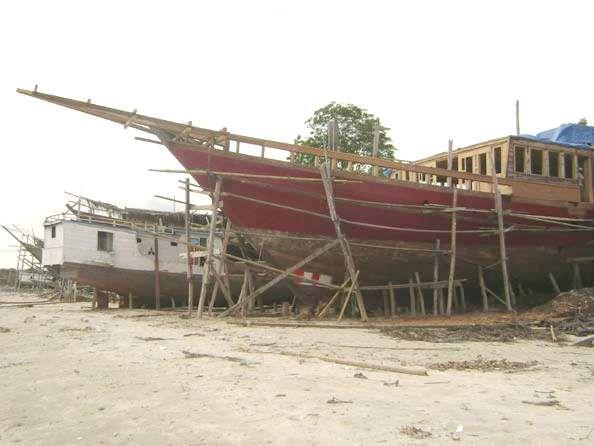 Wisata Ke Kerajinan Perahu Pinisi
